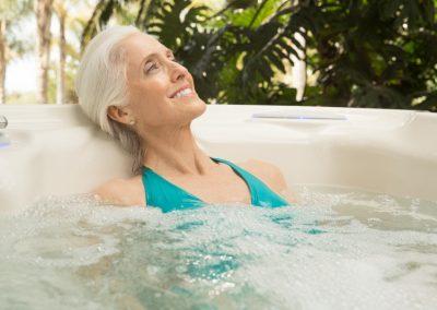 HotSpring-Highlife-2019-Jetsetter-Ivory-lifestyle-lifestyle-olderwoman-01
